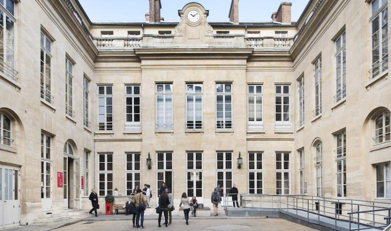 L'entrée du 28 rue des Saints-Pères, un des sites de Sciences Po à Paris